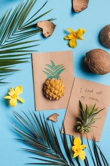 Kreative tropische grußkarten mit ananas und krone mit notiz