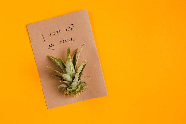 Kreative tropische grußkarten mit ananaskrone mit notiz