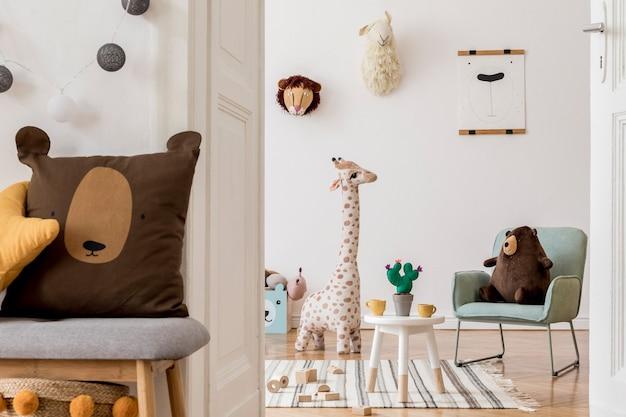Kreative und gemütliche skandinavische kinderzimmereinrichtung mit spielzeug und anderen zubehörvorlagen