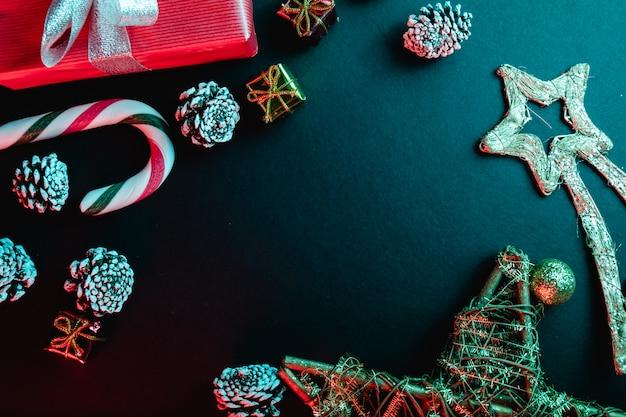 Kreative und minimale zusammensetzung für weihnachtskartenhintergrund, draufsicht