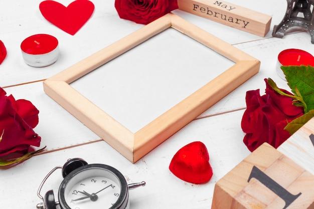 Kreative valentine day romantische zusammensetzung flach legen draufsicht liebe feiertagsfeier roten herzen kalenderdatum