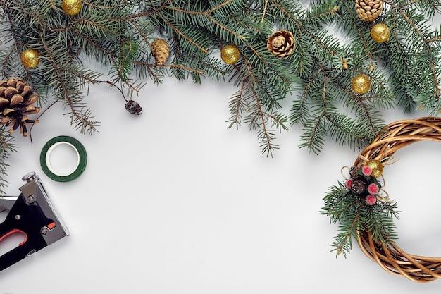 Kreative weihnachten diy frau, die handgemachten weihnachtskranz nach hause freizeitwerkzeuge schmuck und details für...