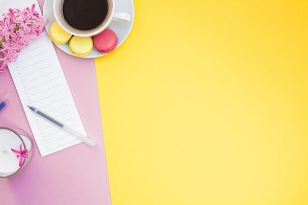 Kreative wohnung lag mit kaffeetasse und makronen