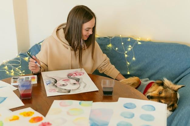 Kreative zeitgenössische malerin und ihr hund