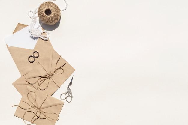 Kreative zusammensetzung der flachen lage für die heirat mit kopienraum