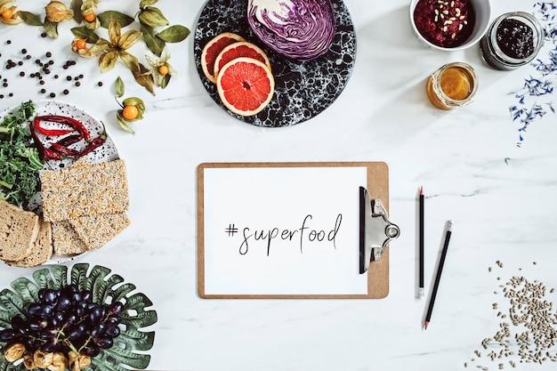 Kreative zusammensetzung der modernen küche mit kopienraum und gesundem essen auswahl obst gemüse superfood samen marmor hintergrund seeds