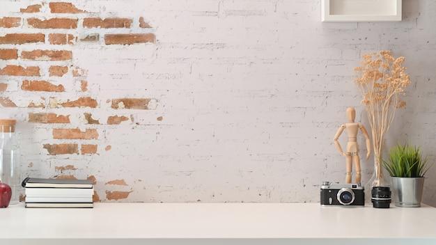 Kreativer arbeitsbereich des stilvollen arbeitsplatzes oben und kopienraum