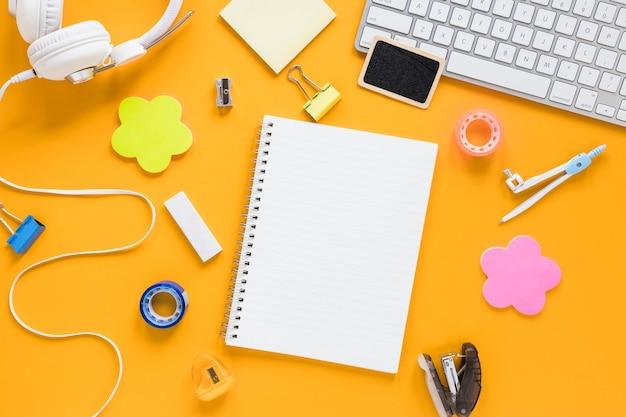 Kreativer arbeitsbereich mit notizbuch in der mitte