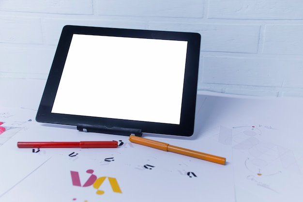 Kreativer arbeitsplatz eines grafikdesigners mit tablet. entwicklung eines logos für das unternehmen.