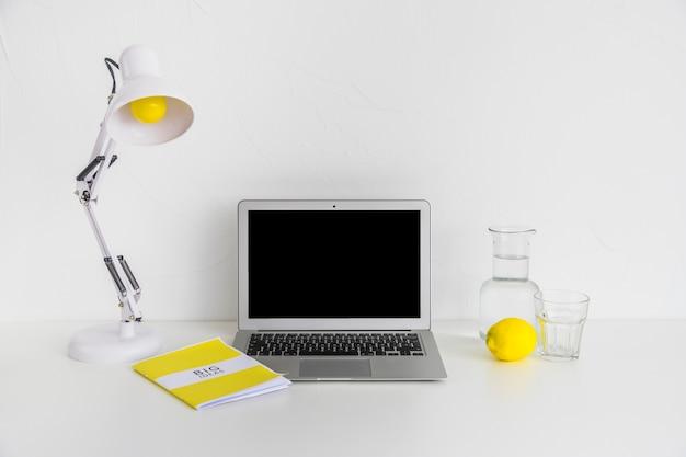 Kreativer arbeitsplatz in weißer farbe mit gelben details