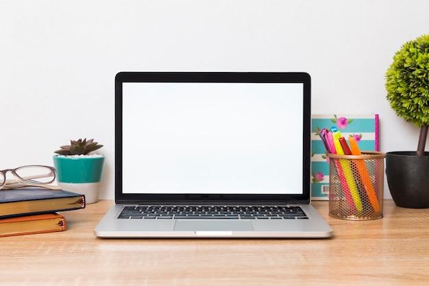 Kreativer arbeitsplatz mit laptop auf schreibtisch