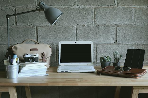 Kreativer arbeitsplatz mit leerem bildschirm und zubehör