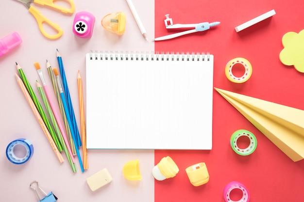 Kreativer arbeitsplatz mit leerem notizbuch