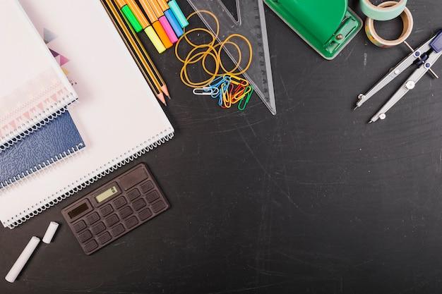 Kreativer arbeitsplatz mit taschenrechner und briefpapier