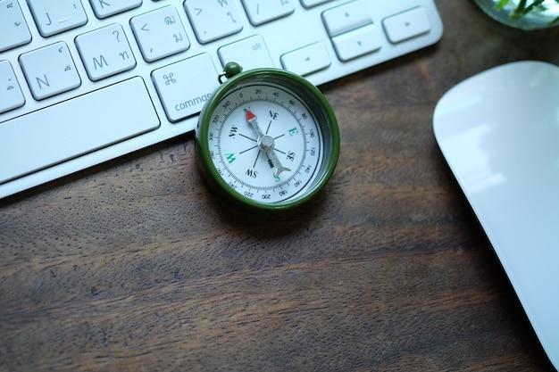 Kreativer arbeitsplatz schreibtisch mit tastatur und kompass