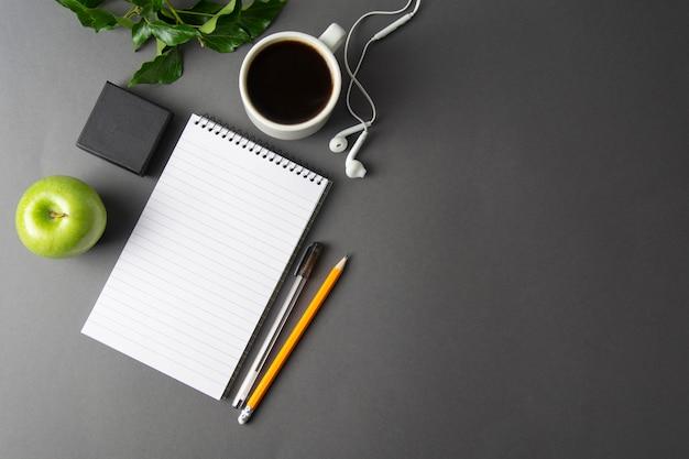 Kreativer arbeitsplatz, schreibtisch. notebook und kaffeetasse. attrappe, lehrmodell, simulation.