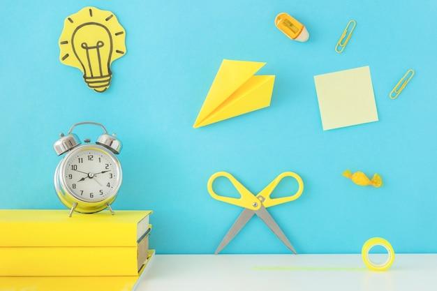 Kreativer arbeitsplatz zur inspiration mit gelbem schreibzubehör