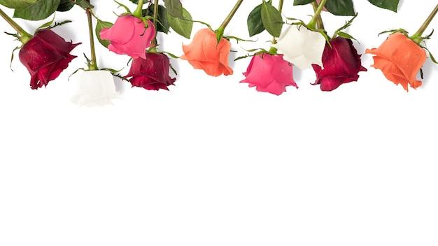 Kreativer blumenrahmen aus rosen mit kopienraum, blumenhintergrund, glücklicher valentinstag, muttertag, flache lage, draufsicht