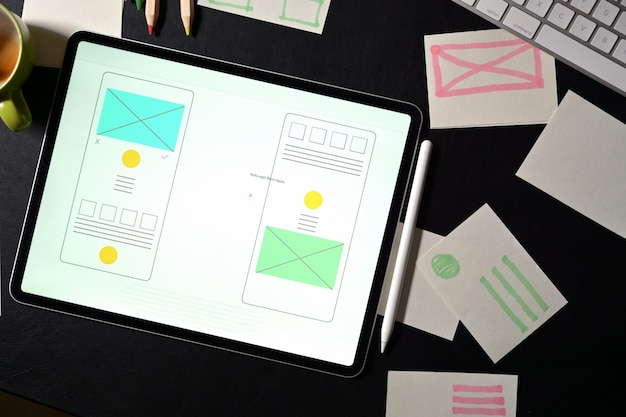 Kreativer designer-arbeitsbereich der ui-website mit vorlagenrahmen