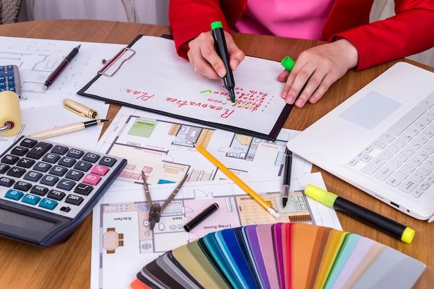 Kreativer designer, der renovierungsplan im büro macht