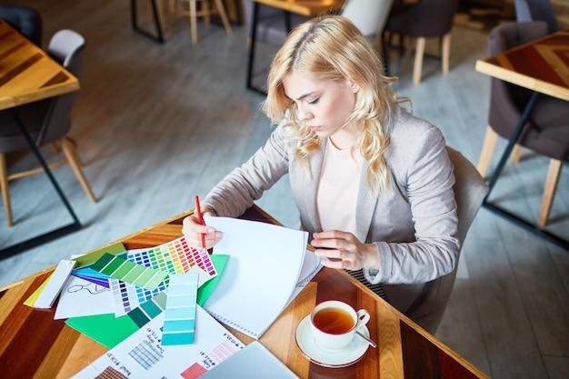 Kreativer designer, der vom café aus arbeitet