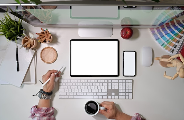 Kreativer designer des künstlers, der am studioarbeitsplatz arbeitet