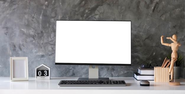 Kreativer designer-desktop mit leerem weißem laptop-bildschirm mit modellplakat auf weißem schreibtisch on