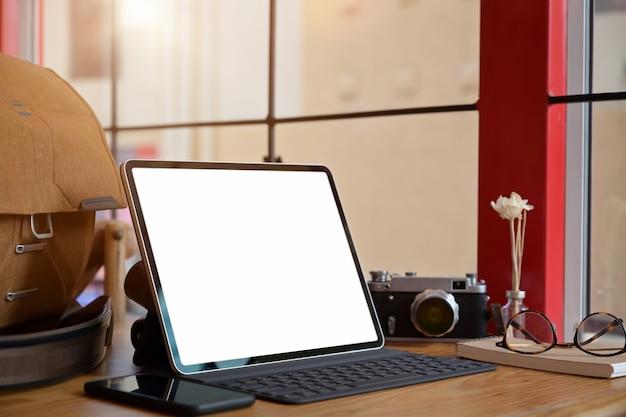 Kreativer designer oder fotograf mit tablette des leeren bildschirms des modells