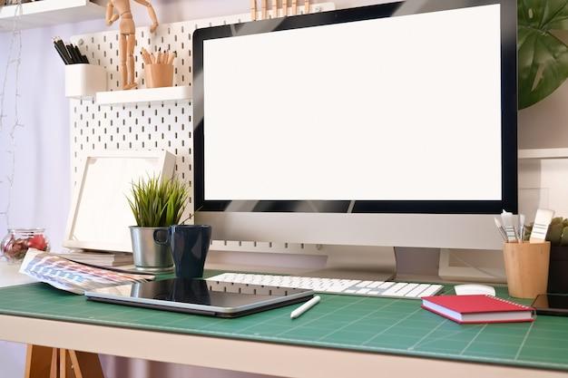 Kreativer designerarbeitsplatz mit tischrechner und zeichnung skizziert tablette.