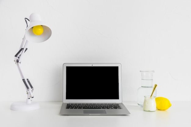 Kreativer desktop in weißen und gelben farben