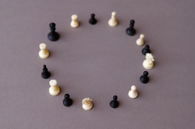 Kreativer digitaler hintergrund des neugeborenen mit schachfiguren.