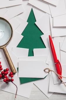 Kreativer entwurf des frohen weihnachtsgrußkartenhintergrundes mit papiertannenbaum