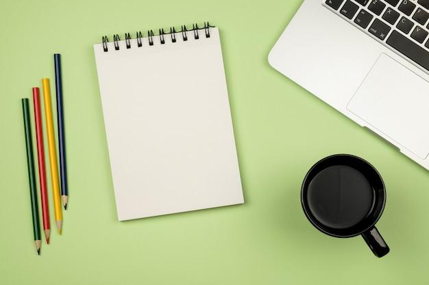 Kreativer entwurfsmodellsatz des arbeitsbereichschreibtischs mit notizbuch