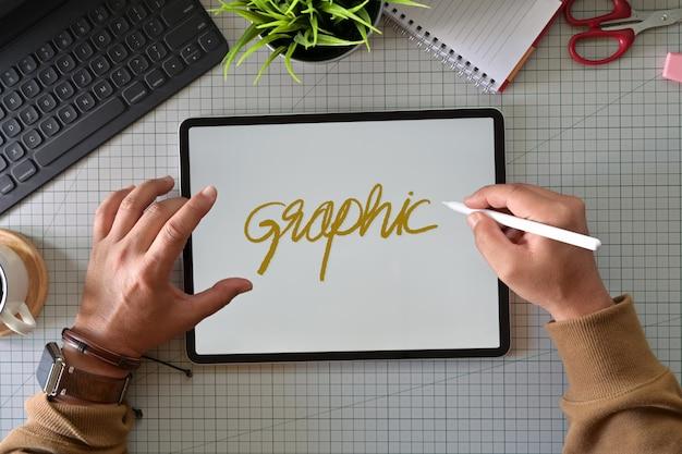 Kreativer grafikdesigner, der mit moderner tablette der innovativen touchscreen-oberfläche arbeitet