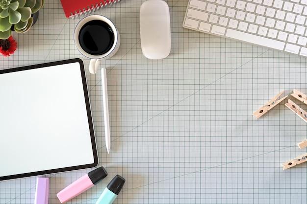 Kreativer grafikdesigner, der mit moderner tablette des innovativen bildschirms am studio arbeitet