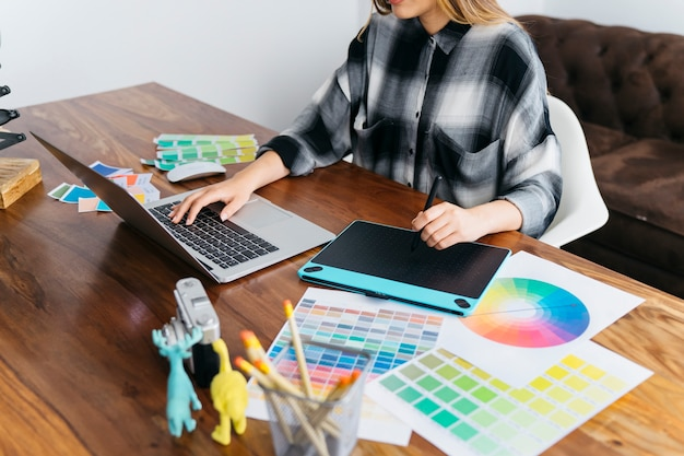 Kreativer grafikdesigner mit grafischer tablette