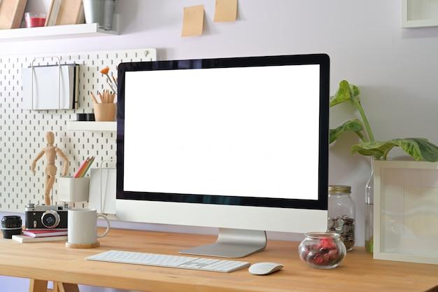 Kreativer hauptinnenraum mit stilvollen fotografenversorgungen und computeranzeige