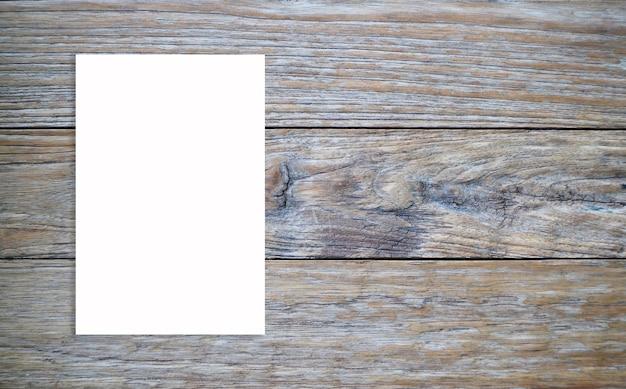 Kreativer hintergrund für kopienraum eines weißen blatt papiers auf einem hölzernen.