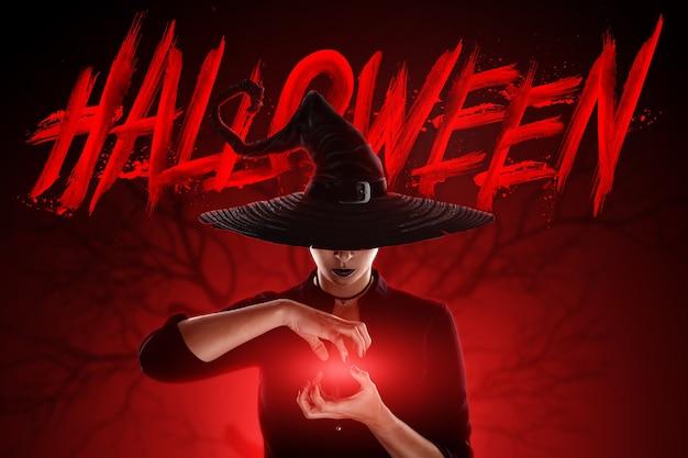 Kreativer hintergrund hexenmädchen beschwört vor dem hintergrund des mondes, halloween. schöne junge frau in einem hexenhut.