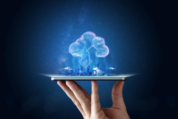 Kreativer hintergrund, männliche hand mit dem telefon