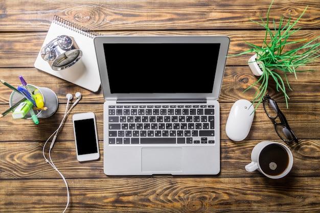 Kreativer home-office-arbeitsplatz, laptop auf tischhintergrund.