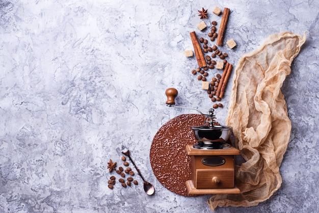 Kreativer kaffeehintergrund mit bohnen, zucker und zimt. flatlay-stil