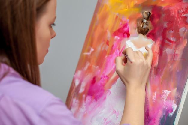 Kreativer künstler zum zeichnen im studio Kostenlose Fotos