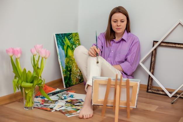 Kreativer künstler zum zeichnen im studio