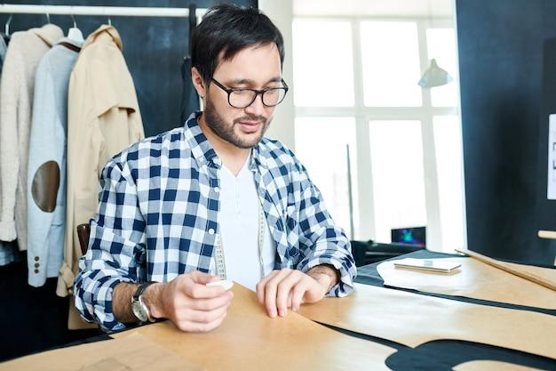 Kreativer mann, der moderne kleidung entwirft