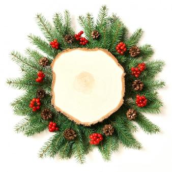 Kreativer plan gemacht von den weihnachtsbaumasten auf weißem hintergrund.