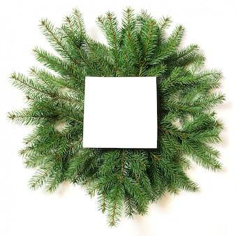 Kreativer plan gemacht von den weihnachtsbaumasten mit leerem freiem raum auf weißem hintergrund.