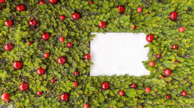 Kreativer plan gemacht von den weihnachtsbaumasten mit weißbuchkartenanmerkung.