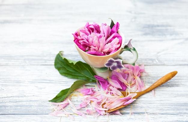 Kreativer plan gemacht von der teeschale mit rosa blumen