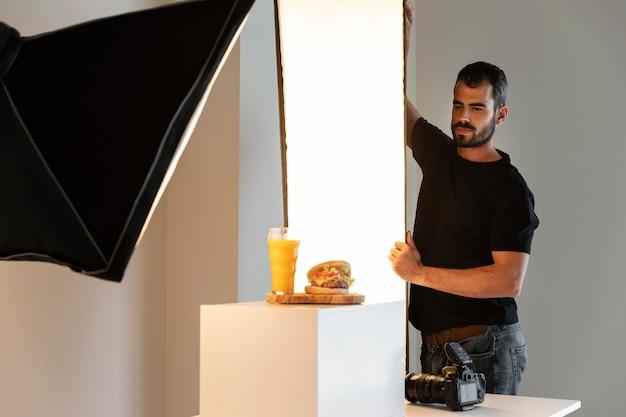 Kreativer produktfotograf im studio